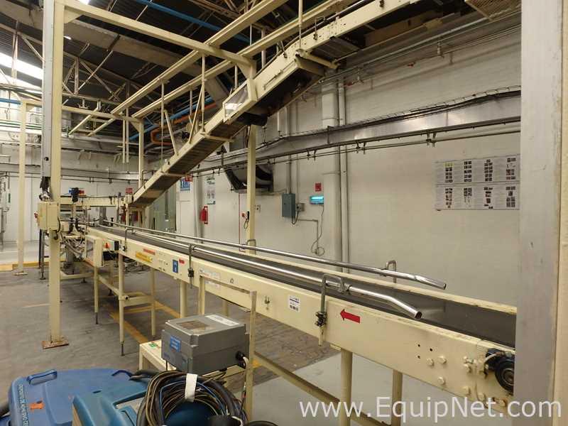 Elevated Conveyor mit einer Mischung aus Gurtförderer und Rollenförderer für das fertige Produkt