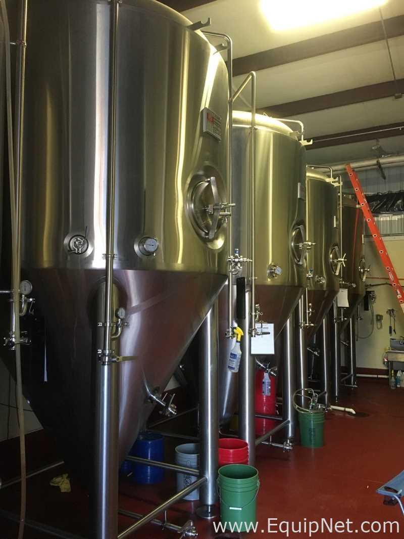 Equipo de cerveza disponible en la cervecería Riverwatch