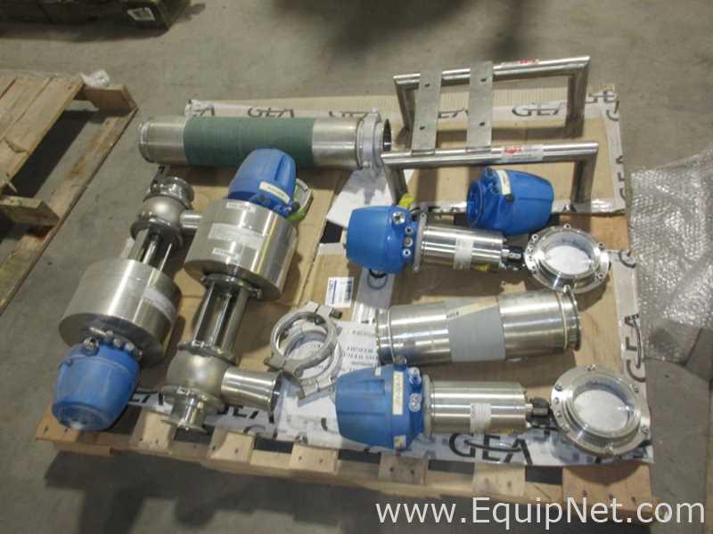 Um skid de diversas válvulas de controle sanitário GEA